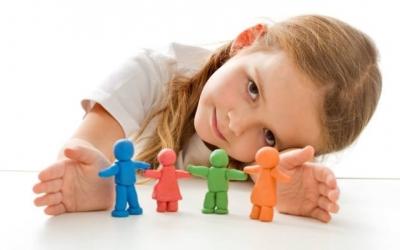 ოჯახური ფსიქოთერაპია არის ფსიქოთერაპიის განსაკუთრებული დამოუკიდებელი მეთოდი, რომელიც მიმართულია ოჯახური ურთიერთობებისა და ოჯახშიდა ემოციური მუხტის დაბალანსებაზე, იგი იყენებს სისტემური ზემოქმედების სხვა და სხვა მეთოდებს და ოჯახს განიხილავს როგორც ღია ცოცხალ სისტემას და მიმართულია ოჯახში ინდივიდის ბიო/ფსიქო/სოციალური სტატუსის სტაბილიზაციისა და ოპტიმიზაციისაკენ ოჯახის და მისი წევრების დახმარებით.