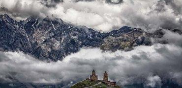 Дарьяльская крепость. Грузию от северных стран отгораживал Кавказский хребет. Перевалы здесь были немногочисленные и труднопроходимые.
