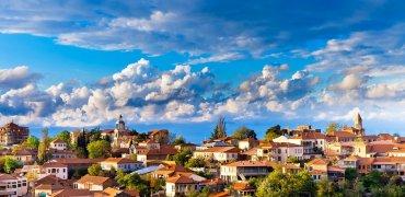 Город возник во второй половине XVIII века на месте старого укрепления.Укрепления с аналогичным названием (Сгнах)