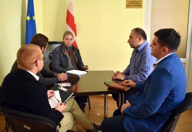 შეხვედრა NDI-ს ანალიტიკოს მირიანა კოვაჩევიჩსა და ყირგიზეთის დირექტორ ალან გილამთან