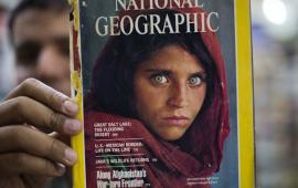 """მწვანეთვალება ავღანელი გოგოს ფოტო National Geographic-ის ისტორიაში ერთ-ერთი ყველაზე ცნობილი გარეკანია. პაკისტანში ავღანელების ლტოლვილთა ბანაკში გადაღებული ფოტო მსოფლიოს მასშტაბით ისე აიტაცეს, რომ 17 წლის განმავლობაში ამის შესახებ ფოტოს მთავარმა გმირმა არაფერი იცოდა. არც მსოფლიომ იცოდა გოგოს სახელი და მისი ისტორია. 1985 წლის ივნისის ნომერში დაბეჭდილი სტივ მაკკარის ფოტო სახელწოდებით """"გოგო ავღანეთიდან"""" მალევე იქცა ავღანელი ლტოლვილების რთული ცხოვრების სიმბოლოდ და მე-20 საუკუნის ერთ-ერთ გამორჩეულ ფოტოდ.     """"გოგო ავღანეთიდან"""" - ამბავი ფოტოს მიღმა  ამერიკელი ფოტოგრაფი სტივ მაკკარი 1984 წელს აზიაში მუსონებისა და ინდოეთის რკინიგზის გასაშუქებლად პროექტებზე მუშაობდა, როდესაც National Geographic-იდან დაუკავშირდნენ და ავღანეთი-პაკისტანის საზღვარზე ლტოლვილთა ბანაკების გადაღება შესთავაზეს. იმავე წელს მაკკარიმ 30-ზე მეტი ბანაკი მოიარა. ერთ-ერთი ბანაკის დათვალიერებისას, რომელშიც ავღანელი ლტოლვილები ცხოვრობდნენ, გოგოების სკოლა შეამჩნია, მასწავლებელს ფოტოების გადაღების ნებართვა სთხოვა, რაზეც თანხმობა მიიღო და სწორედ ამ დროს დაინახა კარვის კუთხეში მყოფი მწვანეთვალება ბავშვი."""