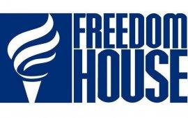 """საერთაშორისო ორგანიზაცია Freedom House-ის მიერ ინტერნეტის თავისუფლების შესახებ 5 ნოემბერს გამოქვეყნებული ანგარიშის მიხედვით, საქართველო ინტერნეტის თავისუფლების ინდექსში 75 ქულით, გასული წლის მსგავსად, კვლავ თავისუფალი ქვეყნების ჩამონათვალშია.  ანგარიშის მიხედვით, რომელიც 2018 წლის 1 ივნისიდან 2019 წლის 31 მაისამდე პერიოდს მოიცავს, საქართველოში ციფრული უფლებები ზოგადად დაცულია, რაც Freedom House-ის შეფასებით, ახალი კონსტიტუციის მიღებით არის განპირობებული, რომლითაც თითოეული მოქალაქს ინტერნეტზე წვდომა გარანტირებული და უზრუნველყოფილია.  """"თუმცა, ინტერნეტის თავისუფლებისადმი საფრთხეები მთელი რიგი მიმართულებებით კვლავ ნარჩუნდება"""", - აცხადებენ ორგანიზაციაში.  Freedom House-ი განმარტავს, რომ ე.წ. ხელისუფლებასთან აფილირებული ე.წ. """"ტროლები"""", """"ბოტები"""" და მომხმარებლები განსაკუთრებით 2018 წლის გაზაფხულზე დედაქალაქში მიმდინარე საპროტესტო აქციების, საპრეზიდენტო არჩევნებისა და სხვა მნიშვნლოვანი მოვლენების პარალელურად აქტიურდებოდნენ. მაგალითად, სოციალური მედიის საშუალებით, ანონიმური წყაროები ჩნდებოდნენ და ყალბი ინფორმაციის გავრცელებით საინფორმაციო ლანდშაფტს ანადგურებდნენ.  ანგარიშში ხაზგასმით არის ნათქვამი, რომ მიუხედავად იმისა, რომ საანგარიშო პერიოდში, ქვეყანაში უშუალოდ ხელისუფლების კონკრეტული ონლაინ კონტენტის სისტემატურ მანიპულაციას არ ჰქონია ადგილი, ხელისუფლებასთან აფილირებული ჯგუფები საზოგადოებაზე გავლენის მოხდენის მიზნით, სოციალურ მედიაში ყალბ ინფორმაციას მიზანმიმართულად ავრცელებდნენ.  ანგარიშში ე.წ. """"ტროლებისა"""" და """"ბოტების"""" მიერ გავრცელებული ყალბი ამბების გავრცელების რამდენიმე კონკრეტული შემთხვევაც არის მოყვანილი. მაგალითად, Freedom House-ის განმარტებით, მათთვის ერთ-ერთი აქტივისტის მიერ მიწოდებული ინფორმაციის თანახმად, 2019 წლის ზაფხულში, ანტისამთავრობო აქციების დროს, სოციალურ მედიაში სახელისუფლებო ტროლებისა და ბოტების ანგარიშები ამ აქციების დისკრედიტაციისთვის იყო გამოყენებული.  Freedom House """"მედიის განვითარების ფონდის"""" მიერ მიწოდებულ ინფორმაციაზე დაყრდნობით, ამბობს, რომ სოციალურ მედიაში ყალბი ანგარიშები ოპოზიციური პარტიების, არასამთავრობო ორგანიზაციების, ჟურნალისტების, ბიზნესს"""