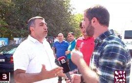 """ტელეკომპანია """"მთავარი არხის""""ინფორმაციით, ბოლნისის მუნიციპალიტეტის საკრებულოს წევრმა, """"ქართული ოცნების"""" დეპუტატმა, ვუგარ ისაევმა, მათ ჟურნალისტს, ჯეიჰუნ მუჰამედალის, სამუშაო პროცესში სიტყვიერი შეურაცხყოფა მიაყენა და დაჭრით დაემუქრა. მედიის საკითხებზე მომუშავე ორგანიზაციები აცხადებენ, რომ მსგავსი შემთხვევები ახალისებს ძალადობას და შსს-ს მოუწოდებენ დაუყოვნებლივ მოახდინოს მომხდარზე რეაგირება.  შემთხვევა 16 სექტემბერს, სოფელ ნახიდურში მოხდა, სადაც ოპოზიციური გაერთიანების """"ძალა ერთობაშიას"""" მაჟორიტარი დეპუტატობის კანდიდატი კახა ოქრიაშვილი წინასაარჩევნო კამპანიის ფარგლებში შეხვედრას მართავდა.  ვიდეომასალაში, რომელიც """"მთავარმა არხმა"""" გაავრცელა ქართულენოვანი თარგმანით, ისმის, რომ დეპუტატი ჟურნალისტს გადაღებას უკრძალავს, რადგან """"მას ასე უნდა"""" და ეუბნება, რომ """"არჩევნების შემდეგ მასაც და სხვებსაც შეხვდება"""". გარდა ამისა, ვიდეოში """"ქართული ოცნების"""" დეპუტატი """"მთავარი არხის"""" ჟურნალისტს სიტყვიერ შეურაცხყოფას აყენებს და ემუქრება: """"არჩევნები დამთავრდეს და მე შენ აქ დაგიძახებ, სულ სხვანაირად დაგელაპარაკები. მიდი აბა, იმუშავე """"ნაციონალებზე"""".  ჟურნალისტი ჯეიჰუნ მუჰამედალი ამბობს, რომ მმართველი პარტიის დეპუტატი დანით დაჭრით მას შემდეგ დაემუქრა, რაც იგი დაინტერესდა, რატომ იყვნენ მობილიზებული იმ ტერიტორიაზე, სადაც ოპოზიციის საარჩევნო კანდიდატი ხალხს ხვდებოდა:  """"მე მივედი მასთან კითხვით, თუ რატომ იყვნენ ოპოზიციის და ადგილობრივების სიახლოვეს მობილიზებულნი, რაზეც მან მიპასუხა, რომ მისთვის არ უნდა გადაგვეღო რადგან ამის უფლება არ გვქონდა, წინააღმდეგ შემთხვევაში, იგი მე დანით დამჭრიდა და ფიზიკურად გამისწორდებოდა. მან ასევე მკაფიოდ აღნიშნა, ისიც რომ არჩევნების დასრულების შემდეგ ''მომხედავდა/მომივლიდა'' ქუჩურ და კაცურ ამბავში""""-, წერს ჟურნალისტი ფეისბუკის პირად გვერდზე.  დღეს, 17 სექტემბერს ჟურნალისტის წინააღმდეგ მუქარის და პროფესიულ საქმიანობაში შესაძლო უკანონო ჩარევის ფაქტს """"საერთაშორისო გამჭვირვალობა - საქართველო"""" გამოეხმაურა. ორგანიზაცია შინაგან საქმეთა სამინისტროს მოუწოდებს, რომ დროულად მოახდინოს კანონის შესაბამისი რეაგირება """"მთავარი არხის"""" ჟურნალისტის წინააღმდეგ მუქარისა და მედიის საქმიანობაში შ"""