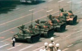 1989 წლის 5 ივნისს, ფოტორეპორტიორი ჯეფ ვიდენერი ჩინეთის დედაქალაქში, სასტუმრო