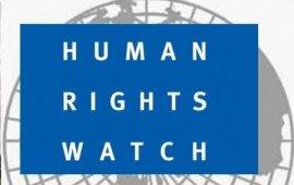 """თანამშრომელთა გათავისუფლებას აჭარის ტელევიზიაში, გამოძიების დაწყებას """"მთავარ არხზე"""" გასულ რეპორტაჟზე და ცვლილებებს კანონში, რომელიც კომუნიკაციების კომისიას უფლებას აძლევს კომუნიკაციების სფეროში სპეციალური მმართველი დანიშნოს - ადამიანის უფლებადამცველი საერთაშორისო ორგანიზაცია Human Rights Watchმედიის თავისუფლების შეზღუდვის შემაშფოთებელ მცდელობებად აფასებს.  აჭარის ტელევიზიის საქმე  Human Rights Watch-ის 2021 წლის ანგარიშისიმ ნაწილში, რომელიც მედიის თავისუფლებას ეხება, საზოგადოებრივი მაუწყებლის აჭარის ტელევიზიაში განვითარებულ მოვლენებს საკმაოდ ვრცელი ადგილი ეთმობა.  ანგარიშში მოხვდა გასული წლის თებერვალში, მაუწყებლის თანამშრომელთა მდუმარე პროტესტი. შეგახსენებთ, 2020 წლის 28 თებერვალს, მას შემდეგ რაც ცნობილი გახდა რომ აჭარის მაუწყებლის დირექტორმა გიორგი კოხრეიძემ საინფორმაციო სამსახურის უფროსის პოზიციიდან გაათავისუფლა შორენა ღლონტი, მაუწყებლის ჟურნალისტების ნაწილმა, მთავარი საინფორმაციო გამოშვების დასასრულს, პირდაპირ ეთერში, ერთწუთიანი დუმილით და მესიჯით -"""