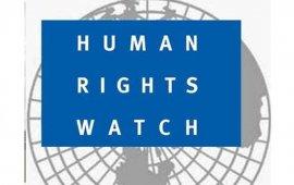 """გავლენიანმა საერთაშორისო ორგანიზაცია Human Rights Watch-მა 2018 წელს მსოფლიოში ადამიანის უფლებების მხრივ არსებული მდგომარეობის შესახებ ყოველწლიური, ტრადიციული ანგარიში გამოაქვეყნა. 674 გვერდიან ანგარიშში, რომელიც 100-მდე ქვეყანას შეეხება, საუბარია, 2018 წელს, საქართველოში არსებულ უფლებრივ მდომარეობასა და გამოწვევებზეც. ანგარიში ყურადღებას ამახვილებს ისეთ თემებზე, როგორიცა საპრეზიდენტო არჩევნები, სამართალდამცავთა მხრიდან უფლებამოსილებების გადაჭარაბებისა და მათი დაუსჯელობის შემთხვევები, ნარკოპოლიტიკა, შრომითი უფლებები, სექსუალურ ორიენტაციასა და გენდერულ იდენტობასთან დაკავშირებული უფლებრივი მდგომარეობა ქვეყანაში.  ანგარიშის ერთ-ერთი თავი შეეხება საქართველოში მედიასა და სამოქალაქო სექტორში არსებულ მდგომარეობასაც.  """"2017 წლის დეკემბერში, პარლამენტმა მიიღო მაუწყებლობის შესახებ საკანონმდებლო ცვლილებები, რომლის შედეგადაც, გაიზარდა საზოგადოებრივი მაუწყებლის უფლებამოსილება, მათ შორის, გაუჩნდა შესაძლებლობა, რომ მიიღოს დამატებითი შემოსავლები კომერციული რეკლამიდან. კერძო ტელეკომპანიებმა და არასამთავრობო ორგანიზაციებმა გააკრიტიკეს აღნიშნული ცვლილება და გამოხატეს წუხილი, რომ ისედაც შემცირებულ სარეკლამო ბაზარზე ბიუჯეტიდან დაფინანსებული ტელევიზიის შემოსვლა საფრთხეს შეუქმნის შედარებით პატარა, რეგიონულ მაუწყებლებს და დააზარალებს მედია პლურალიზმს. პრეზიდენტმა ვეტო დაადო კანონმდებლობას, თუმცა პარლამენტმა ვეტოს დაძლევა შესძლო.  მფლობელობასთან დაკავშირებული დავა საქართველოს ყველაზე ყურებადი მაუწყებლის, რუსთავი 2-ის შესახებ გრძელდებოდა ადამიანის უფლებათა ევროპული სასამართლოს გადაწყვეტილებამდე. ყოფილი მფლობელი ამტკიცებდა, რომ მას იძულებით გააყიდინეს ტელეკომპანია საბაზრო ღირებულებაზე ნაკლებ ფასად და საკუთარი უფლებების აღდგენას ცდილობდა. რუსთავი 2-ის ამჟამინდელი მფლობელები კი ამტკიცებენ, რომ სარჩელი მთავრობის მხრიდან არის ორკესტირებული, ოპოზიციურად განწყობილი არხის ხელში ჩასაგდებად. აღნიშნულმა დავამ მედიაში მთავრობის ჩარევის მცდელობების შესახებ წუხილები გააჩინა.  ოქტომბერში, ტელეკომპანია იბერიამ შეწყვიტა მაუწყებლობა, რომლის მტკიცებითაც ხელისუფლება ცდილობა კრიტიკულად განწყობილი მაუწყებლის დახუ"""