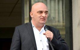 """პარტია """"ქართული მარში - ეროვნული მოძრაობის"""" ერთ-ერთი ლიდერი სანდრო ბრეგაძე ჩივის, რომ ნაციონალური ტელევიზიები მას ეთერში არ ეპატიჟებიან და ამიტომ, გადაწყვიტა ტელევიზია თავად დააარსოს. ბრეგაძე ამბობს, რომ ახალ ტელევიზიას """"გეორგია"""" ერქმევა და ის არ იქნება პარტიული, როგორც ახლა ბაზარზე არსებული მაუწყებლები. ბრეგაძე ამბობს, რომ ამით ის დაუპირისპირდება იმ """"ლიბერალურ დიქტატურას"""", რომელიც მაუწყებლებშია გამეფებული.  სანდრო ბრეგაძე ირწმუნება, რომ ახალი ტელევიზია მაუწყებლობას, დაახლოებით, ერთ თვეში დაიწყებს. მისი თქმით, """"გეორგია"""" უკვე არსებული არხის ბაზაზე დაფუძნდება, თუმცა, რომელი არხის, არ გვიმხელს. ამბობს, რომ ამ ეტაპზე სამუშაო პროცესი მიმდინარეობს, ტექნიკური საკითხების მოსაგვარებლად კი გარკვეული დროა საჭირო.  ახალი ტელევიზია """"ქართული მარში - ეროვნული მოძრაობის"""" გენერალური მდივნის - ირაკლი შიხიაშვილის, თავად სანდრო ბრეგაძის და მათი ორი მეგობრის სახსრებით დაფინანსდება, რომლებიც ევროპაში ცხოვრობენ:  """"რა თქმა უნდა, არ იქნება რაღაც ძალიან მაღალ ბიუჯეტიანი არხი, მაგრამ ეს იქნება არხი, სადაც იქნება საინფორმაციო გამოშვება, რომელიც ობიექტურად გააშუქებს მოვლენებს. არხზე იქნება, ასევე, ობიექტური პოლიტიკური შოუ"""".  პარტია """"ქართული მარში - ეროვნული მოძრაობის"""" თავმჯდომარე ამბობს, რომ მაქსიმალურად ეცდებიან ტელევიზია, რომელსაც პარტიის ლიდერები აფუძნებენ, მიუკერძოებელი იყოს, თუმცა, იქვე დასძენს, რომ """"გამოვა თუ არა, ეს სხვა ამბავია და გამორიცხული არაფერი არ არის"""".  """"აქ მთავარი არის, რომ დღეს, სამწუხაროდ, ყველა ტელევიზია არის რომელიმე პოლიტიკური პარტიის სამსახურში, რაც არის სამარცხვინო. არ არსებობს არხი, რომელიც პარტიას არ ეკუთვნის. ამასთანავე, დაბლოკილი არიან ყველგან კონსერვატორული ფიგურები, პოლიტიკური თუ საზოგადოებრივი ჯგუფები. ჩვენ, რა თქმა უნდა, ეს შეზღუდვა არ გვექნება და პირიქით, წარმოჩენილები იქნებიან ბევრად უფრო კარგად ის პოლიტიკური თუ საზოგადოებრივი ჯგუფები, რომლებიც კონსერვატორულ ღირებულებებს ატარებენ"""", - ამბობს ბრეგაძე და კითხვაზე, ნიშნავს თუ არა ეს, რომ არხი პარტიული იქნება, კვლავ იმეორებს, რომ მათი არხი რომელიმე პარტიის ინტერესს არ გაატარებს.  პარტია """"ქართული მარში - ეროვნული მოძ"""
