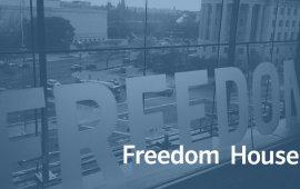 """5 ნოემბერს საერთაშორისო ორგანიზაცია Freeom House-მა ინტერნეტის თავისუფლების შესახებ ანგარიში გამოაქვეყნა, რომლის მიხედვითაც საქართველო ინტერნეტის თავისუფლების ინდექსით თავისუფალი ქვეყნების ჩამონათვალში მოხვდა. მიუხედავად ამისა, ანგარიშში ქვეყანაში არსებულ სხვადასხვა პრობლემაზეც არის საუბარი, მათ შორის, ოლიგარქიული მმართველობა, დემოკრატიული პროცესების სტაგნაცია, ე.წ. """"ტროლებისა"""" და """"ბოტების"""" პოლიტიკური მიზნებისთვის გამოყენება და ა.შ.  Freedom House-ის ანგარიში ქართული ტელევიზების 5 ნოემბრის მთავარ საინფორმაციო გამოშვებებში მაუწყებლების დღის წესრიგის გათვალისიწინებით, განსხვავებული აქცენტებითა და კუთხით მოხვდა.  ამბავს ყველაზე მეტი დრო ტელეკომპანია """"მთავარმა არხმა"""" დაუთმო. არხზე მთავარი აქცენტები ქვეყანაში არსებულ ოლიგარქიულ მმართველობაზე, დემოკრატიის სტაგნაციააზე, მთავრობასთან დაკავშირებულ """"ტროლებსა"""" და """"ბოტებზე"""" და კანონის უზენაესობის საფრთხეებზე გაკეთდა.  """"ქართული დემოკრატიის უმძიმესი კრიტიკა, Freedom House-ის საქართველოში ტოტალურ სტაგნაციაზე წერს, ერთ-ერთი ყველაზე გავლენიანი საერთაშორისო ორგანიზაცია განსაკუთრებით საარჩევნო პროცესების დემოკრატიულობის ხარისხის გაუარესებაზე მიანიშნებს, ამ უარყოფითი პროცესების სათავედ კი, ოლიგარქიული მმართველობა სახელდება. დასკვნაში განსაკუთრებულად აღნიშნულია პროცესები, როდესაც Freedom House-ის მტკიცებით, ქვეყნის ხელისუფლება ანტისაოკუპაციო საბრძოლველად და სარჩევნო კამპანიაში ცვლილებების შესატანად საკუთარინტერნეტტროლებს იყენებდა"""", - თქვა წამყვანმა თემის წარდგენისას. მასალიდან ასევე გავიგეთ, რომ Freedom House-ის ანგარიში უმწვავესია და აქ თავმოყრილია ყველა ის პრობლემა, რომელიც ქვეყანაში დემოკრატიას საფრთხეში აგდებს. აგრეთვე, ჟურნალისტმა ხაზგასმით აღნიშნა, რომ ავტორიტეტული ორგანიზაციის დასკვნა, ხელისუფლებისთვის მძიმე წასაკითხია, თუმცა """"ოლიგარქიული მმარველობისა და სტაგნაციაში მყოფი დემოკრატიის შეფასებების მიუხედავად, დღეს ქართული ოცნება ამტკიცებდა, რომ ყველაფერი კარგად არის"""".  პარალელურად მოვისმინეთ ოპოზიციური პარტიების წარმომადგენლების შეფასებებიც, რომლებიც ამბობენ, რომ """"ერთადერთი ქარხანა, რომელიც ბიძინა ივანიშვილის ხელისუფლების დროს ამუშ"""