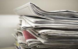 """""""ფაქტობრივი"""" საყოველთაო კარანტინის გამო, რომელიც ქვეყანაში 31 მარტიდან ამოქმედდა, რეგიონულ ბეჭდურ მედიას გაზეთის გავრცელების პრობლემა შეექმნა. მიმდინარე კვირას ადგილობრივმა გამოცემებმა მუნიციპალიტეტებში გაზეთები საკუთარი ავტომობილებით დაარიგეს. მედიამფლობელები ამბობენ, რომ ეს მათთვის გაზრდილი ფინანსური ხარჯია და ამ გამოწვევას დიდხანს ვერ გაუმკლავდებიან.  სარკინიგზო მიმოსვლის შეწყვეტის გამო, ხარაგაულის ადგილობრივი გაზეთი """"ჩემი ხარაგაული"""" მისმა მფლობელმა ლაურა გოგოლაძემ, დღეს, 2 აპრილს, ქუთაისიდან, სტამბიდან, ხარაგაულში შვილის ავტომობილით ჩაიტანა.  """"აი ახლა, თქვენ რომ მირეკავთ, სახლში ზუსტად გაზეთებს ვკეცავთ და ხელმომწერების ვინაობებს ვაწერთ"""", - მეუბნება სატელეფონო საუბარში ლაურა გოგოლაძე და ამატებს, რომ ამ კვირაში გაუმართლა რადგან მისი შვილი, რომელიც თბილისში ცხოვრობს, დროებით მშობლების ოჯახშია ჩასული.  ახლა წინ მეორე გამოწევევაა, ეს გაზეთები ხარაგაულის სოფლებში უნდა გააგზავნოს.  """"დისტრიბუტორებს მანქანები არ ჰყავთ, მიკროავტობუსებს ვატანდით სოფლებში და იქ სადგურებზე ხვდებოდნენ. სანამ გაზეთების გაგზავნას გადავწყვეტდი, ყველას დავურეკე, რა გზით შეიძლებოდა მიმეწოდებინა, შეძლებდნენ თუ არა დახვედრას. გამომწერებსაც ვესაუბრე, თუ მოგვეხმარებოდნენ, რომ როგორმე ეს გაზეთები წაეღოთ"""", - ამბობს ლაურა და ამატებს, რომ სოფლებამდე გაზეთებს ალბათ ისევ შვილის მანქანით მიიტანს, მერე კი ხელმომწერების და ადგილობრივი გამავრცელებლების იმედი აქვს: """"ხვალ მომიწევს ოჯახის ტრანსპორტით მიწოდება დისტრიბუტორებამდე, ერთ სოფელში რომ მივალ, მეორე, ახლომდებარე სოფლის დისტრიბუტორი მოვა და წაიღებს"""".   გაზეთი """"ჩემი ხარაგაული"""" ხარაგაულის რაიონში 1998 წლიდან გამოიცემა. 2011 წლიდანგაზეთის ბაზაზე იგივე სახელწოდების ონლაინ გამოცემა დაფუძნდა (chemikharagauli.com). გაზეთი მეტწილად ადგილობრივ ამბებს აშუქებს.   """"ჩემი ხარაგაულის"""" მსგავსად დაბეჭდილი გაზეთის გურიამდე ჩატანა პრობლემაა """"გურია ნიუსისთვისაც"""", რომელიც კვირაში ორჯერ გამოდის და მთელს გურიის რეგიონში ვრცელდება. """"გურია ნიუსი"""" თბილისში იბეჭდება და აქამდე ისიც მატარებლით იგზავნებოდა.  გაზეთის გამომცემელი ია მამალაძე ამბობს, რომ მიწოდების პრობლემა მოაგვარეს: """"ელვა """
