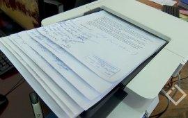 """აჭარის საზოგადოებრივი მაუწყებლის კანცელარიაში, დღეს 230 თანამშრომლის ხელმოწერილი დოკუმენტი შევიდა. ინფორმაციას აჭარის ტელევიზია ავრცელებს. ხელმომწერები მაწუყებლიდან გათავისუფლებული 3 თანამშრომლის დაბრუნებას ითხოვენ.  აჭარის საზოგადოებრივი მაუწყებლიდან სამი თანამშრომელი - შემოქმედებითი სამსახურის დილის გადაცემა """"დილის ტალღის"""" რედაქტორი, ბაჩო გურაბანიძე, შემოქმედებითი სამსახურის შემოქმედებითი მიმართულების მენეჯერი, გიორგი მურვანიძე და მემონტაჟე გუგა ქადიძე 30 ივლისს გაათავისუფლეს. აჭარის მაუწყებლის ინფორმაციით, თანამშრომლები შიდა მოკვლევის საფუძველზე გაათავისუფლეს, რომელიც მაუწყებელში მომხდარ ინციდენტს უკავშირდებოდა.  სამსახურიდან გათავისუფლებულების ინტერესებს EMC იცავს. ორგანიზაცია აცხადებს, რომ გათავისუფლებულთა ინტერესების დაცვის მიზნით უახლოეს პერიოდში მიმართავს სასამართლოს და საზოგადოებას მიაწოდებს ინფორმაციას სამართალწარმოების პროცესის მიმდინარეობის შესახებ.  """"პირველადი სამართლებრივი შეფასებით, მიგვაჩნია, რომ მაუწყებლის დირექტორის გადაწყვეტილება წარმოადგენს სამართლებრივად დაუსაბუთებელ გადაწყვეტილებას, რომელიც, თავის მხრივ, ნათლად აჩვენებს მაუწყებლის მენეჯმენტის მიდგომას, ყველა შესაძლო საშუალებებით მოახდინოს მაუწყებლის განეიტრალება კრიტიკული აზრის მქონე ჟურნალისტებისგან და სამსახურიდან გათავისუფლებით, როგორც ყველაზე მკაცრი სანქციით, მათი სამაგალითო დასჯა.""""  30-31 ივლისს მაუწყებლიდან სამი თანამშრომლის გათავისუფლების გასაპროტესტებლად, აჭარის საზოგადოებრივი მაუწყებლის წინ """"ალტერნატიულმა პროფკავშირებმა"""" აქცია გამართა და პერმანენტული აქციები დააანონსა.  ტელევიზიიდან სამი თანამშრომლის გათავისუფლებას საქართველოს ჟურნალისტური ეთიკის ქარტია გამოეხმაურა და განაცხადა, რომ აჭარის საზოგადოებრივ მაუწყებელში ჟურნალისტების დევნა კვლავ გრძელდება.  """"ქარტია დაუშვებლად მიიჩნევს აჭარის საზოგადოებრივი მაუწყებლის ტელევიზიისა და რადიოს მენეჯმენტის მიერ ისეთ საკადრო პოლიტიკის გაგრძელებას, რომელიც სამსახურიდან დევნის პროფესიონალ კადრებს და ანგრევს საზოგადოებრივი მაუწყებლის პრინციპებს. ქარტია საერთაშორისო ორგანიზაციებს მოუწოდებს, რომ დაინტერესდნენ აჭარის საზოგადოებრივ მაუწყებელში მიმდინარე """