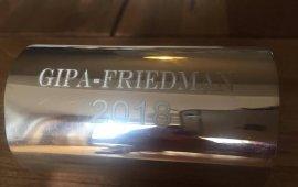 ვინ მიიღებს ჯოშუა ფრიდმანისა და GIPA-ს სახელობის 2018 წლის ჯილდოს 21 იანვარს გაირკვევა. კონკურსზე 37 განაცხადია შესული. გამარჯვებულების დაჯილდოების საზეიმო ცერემონია ფრონტლაინკლუბში 18:00 საათზე დაიწყება.  ჯიპა-ფრიდმანის პრიზი საქართველოში საუკეთესო ჟურნალისტური ნამუშევრების გამოსავლენად, საქართველოს საზოგადოებრივ საქმეთა ინსტიტუტმა ევროპული ჟურნალისტიკის ცენტრის მხარდაჭერით (EJC), 2012 წელს დაარსა.  ჯოშუა ფრიდმანი არის Carey Institute for Global Good ვიცე თავმჯდომარე, Protect Journalists - ის კომიტეტის წევრი, Dart Center on Journalism and Trauma - ის მრჩეველთა საბჭოს წევრი. ფრიდმანს მიღებული აქვს მრავალი ჯილდო ჟურნალისტიკაში, მათ შორის პულიცერის პრემია 1985 წელს ეთიოპიის შიმშილობის საერთაშორისო რეპორტინგისთვის. ჯოშ ფრიდმანი ასწავლიდა საერთაშორისო რეპორტინგს, იყო საერთაშორისო პროგრამების და კოლუმბიის უნივერსიტეტის ჟურნალისტიკის სკოლის Cabot Prizes - ის ხელმძღვანელი. მთავარი რედაქტორი Soho Weekly News -ში, ნიუ იორკში, და Philadelphia Inquirer - ის რეპორტიორი.  2017 წლის ჯიპა-ფრიდმანის პრიზი რუსთავის 2-ის ჟურნალისტმა ნოდარ მელაძემ მიიღო მოსამართლე ნატა ნაზღაიძეზე მომზადებული გამოძიებისთვის