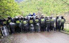 """21 აპრილს, პანკისში, სოფელ ბირკიანთან სადაც ჰიდროელექტროსადგური უნდა აშენდეს, ადგილობრივებსა და პოლიციას შორის ფიზიკური დაპირისპირება მოხდა - პანკისის მცხოვრებლებმა სპეცრაზმს ქვები და ხელკეტები დაუშინეს, სპეცრაზმმა კი მათ წინააღმდეგ რეზინის ტყვიები და ცრემლსადენი გაზი გამოიყენა.  პანკისში მომხდარი დაპირისპირება მაუწყებლების კვირის შემაჯამებელი გადაცემების მთავარი თემა იყო. საზოგადოებრივმა მაუწყებელმა, """"იმედმა"""" და """"რუსთავი 2-მა"""", თემაზე რამდენიმე სიუჟეტი მოამზადეს, შემთხვევის ადგილზე მთელი დღის განმავლობაში მუშაობდნენ მათი გადამღები ჯგუფები.  მიუხედავად იმისა, რომ ამბავი ერთი იყო, მაუწყებლების მიერ მომზადებული მასალების აქცენტები ერთმანეთისგან საგრძნობლად განსხვავდებოდა. ამას სიუჟეტებსა და ჟურნალისტების ჩართვებში გამოყენებულ კადრებსა და თემის კომენტირებისთვის შერჩეულ რესპონდენტებზე დაკვირვება ცხადყოფს.  ⇒ დრო  საზოგადოებრივმა მაუწყებელმა კვირის შემაჯამებელ გადაცემაში პანკისში მომხდარი ამბების გაშუქებას დაახლოებით 36 წუთი დაუთმო, იმედმა -25 , რუსთავი 2-მა კი დაახლოებით 60 წუთი (აქედან პირველი 50 წუთი იყო სხვადასხვა სიუჟეტები პანკისის თემაზე და ამ თემას წამყვანი დაუბრუნდა გადაცემის ბოლოსაც, მაშინ როდესაც მესამე პრეზიდენტი, მიხეილ სააკაშვილი ჩართო პირდაპირ ეთერში. ჩართვის პირველი 10 წუთი მიხეილ სააკაშვილი პანკისში მომხდარის შესახებ საუბრობდა).  ⇒კადრები  საზოგადოებრივმა მაუწყებელმა ამბის თხრობა შინაგან საქმეთა სამინისტროს მიერ გავრცელებული ვიდეოკადრებით დაიწყო. პირველივე კადრები, რაც თემის წარდგენისას წამყვანის შესავლის პარალელურად გადიოდა ეთერში, აჩვენებდა როგორ დაუშინეს ქვები ადგილობრივებმა სპეცრაზმს. ეს კადრები განმეორდა გადაცემაში მაშინაც, როდესაც ადგილზე მომუშავე ჟურნალისტი ყვებოდა, რა მოხდა ამ დღეს პანკისში, უფრო კონკრეტულად, საუბრობდა ადგილობრივებსა და მთავრობის წარმომადგენლებს შორის გამართული შეხვედრის დეტალებზე. მართალია წამყვანმა თქვა, რომ სპეცრაზმმა პროტესტის მონაწილეების წინააღმდეგ ცრემლსადენი გაზი და რეზინის ტყვიები გამოიყენა, თუმცა, ამის ამსახველი ვიდეომასალა სიუჟეტში არ გვინახავს.  ყველა ის ვიდეომასალა, რაც """"ახალმა კვირამ"""" ამბის თხრობისთვის გამოიყენა, გვა"""