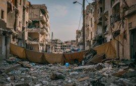 """მთელი 2017 წლის განმავლობაში, TIME-ის დაკვეთით, მსოფლიოს მასშტაბით ფოტოგრაფები იმისთვის მუშაობდნენ, რომ წლის ყველაზე მნიშვნელოვანი მოვლენები, ISIS-ის ნგრევით დაწყებული, ცირკით დამთავრებული, კადრებზე აესახათ. ისინი ასევე ეხმარებოდნენ მათ, ვინც მნიშვნელოვანი ისტორიების მოყოლა გაბედა, იქნება ეს ჰუმანიტარული კატასტროფა იემენში თუ პოლიტიკური არეულობა ვენესუელაში. TIME-ის ფოტოებმა მკითხველს შესაძლებლობა მისცა ენახა ის ადგილები და გაეცნო ის ადამიანები, რომელთა ხილვისა და გაცნობის შესაძლებლობაც, ალბათ, არასდროს ექნებოდა.  მაგალითად, იანვარში ადამ დინმა მიანმარის საიდუმლო წარმოება აღმოაჩინა, სადაც ადამიანებს, მთელი დღის განმავლობაში, გიგანტური ქვები ციცაბო ფერდობებზე აჰქონდათ, ღამით კი ფარნების შუქზე ადგილიდან ნაგავს ეზიდებოდნენ. მარტში ემანუელ სატოლი მოსულიში ერაყის შეარაღებულ ძალებისა და ისლამურ სახელმწიფოს შორის მიმდინარე ბრძოლის გადასაღებად გაგზავნეს. ერთი თვის შემდეგ, როცა სირიის ქალაქი გათავისუფლდა, მან რაქა მოინახულა. მთელი წლის განმავლობაში, ლინდსი ადარიო სამი სირიელი ლტოლვილი ბავშვის კვალდაკვალ დადიოდა, რომელთა მშობლებიც ევროპაში თავშესაფრის მიღებისთვის იბრძოდნენ.  TIME-ის ფოტოგრაფებმა აღწერეს აშშ-ის პრეზიდენტის ინაუგურაცია და ქალების მარში ვაშინგტონში, ასევე ელექტროენერგიისა და წყლის პრობლემა პუერტო რიკოში და ა.შ.  წარმოგიდგნეთ TIME-ის მიერ ფოტოებით მოთხრობილ 2017 წელს   გადაჭედილი ციხე ფილიპინებში, სადაც ძირითადად ნარკოდანაშაულისთვის მსჯავრდებულები არიან მოთავსებული. მას შემდეგ, რაც გასული წლის ივნისში, ქვეყნის პრეზიდენტი დუტერტე გახდა, ქუჩებში ნარკოდანაშაულთან ბრძოლის სახელით 6 000-მდე ადამიანი მოკლეს. ფოტო: """"სიკვდილის სამეფო დუტერტეს ფილიპინებში"""" 2017 წლის 16 იანვარი.   ვაშინგტონში ტრამპის ინაუგურაციის დღეს, მის წინააღმდეგ განწყობილმა პროტესტანტების ჯგუფმა ლიმუზინს ცეცხლი წაუკიდა. ფოტო: 2017 წლის 20 დეკემბერი """"ტრამპის პირველი დღე""""   14 წლის დედა, რომელიც 12 წლის ასაკში მოიტაცეს და გააუპატიურეს, შვილთან ერთად. ფოტო: 2017 წლის 10 ივლისი   ალი ბაშარ ალი, რომელიც მოსულის დასავლეთით, მოსულ ალ-ჯადიდაში საკუთარ ოჯახთან ერთად, ბაბუის სახლში ცხოვრობს. ფოტო: 2017 წლის 12 """