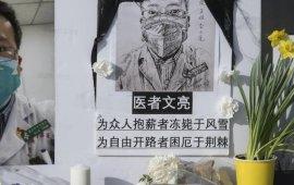 """მედიის საკითხებზე მომუშავე საერთაშორისო ორგანიზაციის """"რეპორტიორები საზღვრებს გარეშეს"""" (RSF) განცხადებით, რომ არა ჩინეთის მთავრობის მხრიდან მედიის კონტროლი და ცენზურა, ადგილობრივი მედიაშუალებები საზოგადოებას კორონავირუსის ეპიდემიის სიმძიმის შესახებ უფრო ადრე ამცნობდნენ, რაც ათასობით ადამიანის სიცოცხლეს გადაარჩენდა. შედეგად კი, შესაძლოა, ვირუსის გავრცელებით გამოწვეული პანდემია თავიდან აგვეცილებინა.  RSF-ის განცხადებაში საუტგემპტონის უნივერსიტეტის მიერ 13 მარტს გამოქვეყნებული კვლევის შედეგებზეც არის ყურადღება გამახვილებული, რომლის თანახმადაც, ჩინეთი შემთხვევების 86%-ს შეამცირებდა, საჭირო ზომები უფრო ადრე რომ მიეღო. RSF 24 მარტს გამოქვეყნებულ განცხადებაში რამდენიმე ეტაპს გამოყოფს, რომელთა შესახებ დროული ინფორმირების პირობებში პანდემია თავიდან იქნებოდა აცილებული:  18 ოქტომებრი - კორონავირუსის პანდემიის შესახებ ჩატარებული სიმულაციის თაობაზე ჩინეთში ინფორმაცია რომ გავრცელებულიყო  2019 წლის 18 ოქტომბერს, ჯანდაცვის უსაფრთხოების ცენტრის წარმომადგენელმა მსოფლიო ეკონომიკურ ფორუმთან და მელინდა და ბილ გეიტსების ფონდთან თანამშრომლობით კორონავირუსის პანცდემიის შესახებ სიმულაცია მოაწყო, რომელმაც საგანგაშო შედეგები აჩვენა. RSF-ის განმარტებით, ჩინეთში ინტერნეტი რთული ელექტრონული ცენზურით რომ არ კონტროლდებოდეს და კომუნისტურ პარტიას მედიისთვის მკაცრი ინსტრუქციების გათვალისწინება რომ არ ეიძულებინა, ეს ინფორმაცია საზოგადოების ყურადღებას მიიპყრობდა.  20 დეკემბერი - ქალაქ ვუჰანის ხელისუფლებას ჟურნალისტებისთვის ინფორმაცია დროულად რომ მიეწოდებინა  პირველი დადასტურებული შემთხვევიდან უკვე ერთ თვეში ქალაქ ვუჰანში საეჭვო ინფექციის მქონე უკვე 60 პაციენტი იყო რეგისტრირებული, რომელთაგანაც რამდენიმე თევზის ერთ-ერთ მაღაზიას სტუმრობდა. მიუხედავად ამისა, ადგილობრივმა ხელისუფლებამ ამის შესახებ ჟურნალისტების ინფორმირება საჭიროდ არ მიიჩნია.  ხელისუფლებას ჟურნალისტებისთვის ეპიდემიის აფეთქების შესახებ ინფორმაცია რომ არ დაემალა, რომელიც ერთ-ერთ სავაჭრო ობიექტთან იყო დაკავშირებული, მოსახლეობა აღნიშნულ ობიექტში ვიზიტს მის ოფიციალურად დახურვამდე უფრო ადრე შეწყვეტდა.  25 დეკემბერი - ექიმ ლუ ხსიაოჰონგს მედიისთვის """