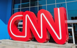 """CNN-მა პალესტინის შესახებ გამოხატული პოზიციის გამო საკუთარ კომენტატორთან მარკ ლამონტ ჰილთან თანამშრომლობა შეწყვიტა. ჰილმა გაერთიანებული ერების ორგანიზაციის სხდომაზე განაცხადა, რომ მდინარე იორდანიიდან ხმელთაშუა ზღვამდე მონაკვეთი თავისუფალი პალესტინის უნდა იყოს.  ბევრმა ჰილის განცხადება რამდენიმე პალესტინური დაჯგუფების, მათ შორის ჰამასის მხარდამჭერად და მის მიერ დასახელებული ტერიტორიის ისრაელისგან გათავისუფლების მოწოდებად აღიქვა. ამ ეტაპზე მდინარე იორდანიიდან ხმელთაშუა ზღვამდე საზღვრის მონაკვეთს სწორედ ისრაელი აკონტროლებს.  ჰილის პოზიციის მიმართ უკმაყოფილება რამდენიმე ებრაულ გაერთიანებაშიც გამოხატეს და აღნიშნეს, რომ განცხადება ისრაელის წინააღმდეგ ბოიკოტისა და სანქციების დაწესების მხარდამჭერ განწყობას ახალისებდა. CNN-მა ჰილთან კონტრაქტი მისი განცხადებიდან მალევე გაწყვიტა.  თავად ჰილმა twitter-ზე დაწერა, რომ ის განცხადებისას ისრაელის """"განადგურებისკენ"""" არავის მოუწოდებდა.  წყარო: imediaethics.org"""